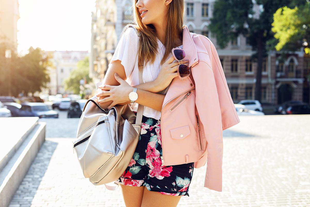 ato de vestir - jovem moça com roupa fashion